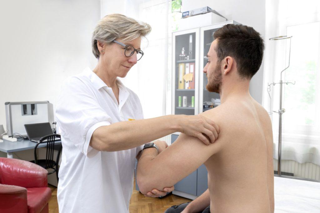 dr martha schmid behandelt einen patienten mit der bowen-therapie
